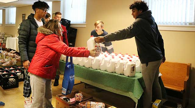 Clyde-Savannah varsity basketball teams give back to community at holiday food drive